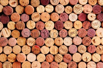 Canvastavlor Närbild på en vägg av begagnade vinkorkar. Ett slumpmässigt urval av begagnade vinkorkar, några med årgångar. Horisontellt format som fyller ramen.