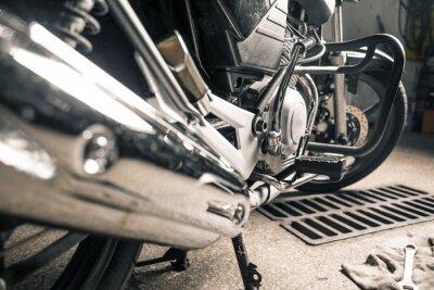 Canvastavlor Närbild på mans händer med motorcykel i garage