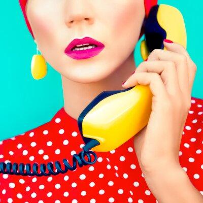 Canvastavlor närbild porträtt av en retro flicka med telefon