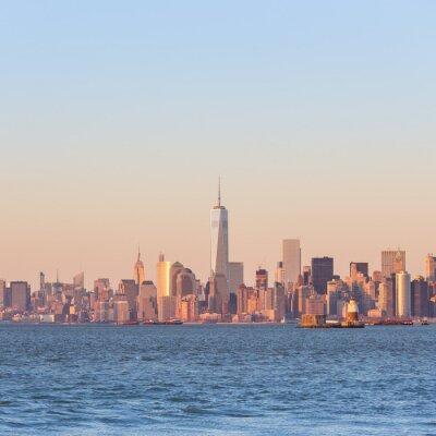 Canvastavlor New York City Manhattan i stan vid solnedgången med skyskrapor upplyst över Hudson River panorama. Square komposition, kopiera utrymme.