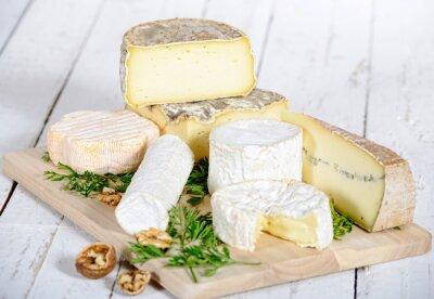Canvastavlor olika ost med valnötter på en vit planka