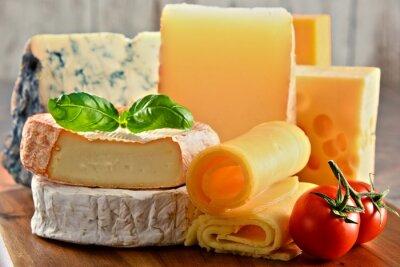 Canvastavlor Olika typer av ost på köksbordet
