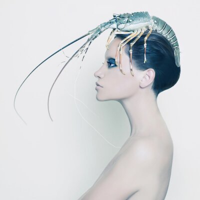 Canvastavlor Overklig kvinna med hummer på huvudet