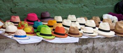 Canvastavlor Panama hattar anges till salu på en utomhus marknad i Bogota Col