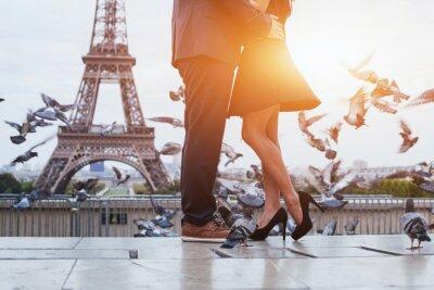 Canvastavlor par nära Eiffeltornet i Paris, romantisk kyss