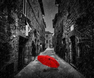 Canvastavlor Paraply på mörk gata i en gammal italiensk stad i Toscana, Italien. Regnar.