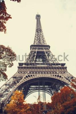 Canvastavlor Paris. Ursnygg vidvinktsikt av Eiffeltornet i höstsäsong