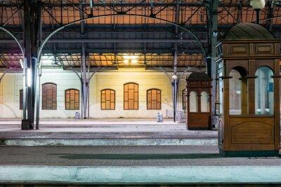 Canvastavlor Passagerar plattform på natten på järnvägsstationen. Tågstationen på natten.