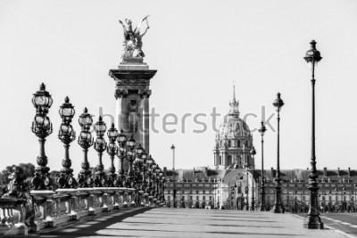 Canvastavlor Pont Alexandre III-bron över floden Seine och Hotel des Invalides i bakgrunden på den soliga sommarmorgen. Broen dekorerad med utsmyckade Art Nouveau lampor och skulpturer. Paris, Frankrike