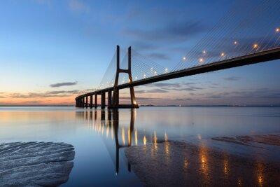 Canvastavlor Ponte Vasco da Gama ao anoitecer com Iluminação.