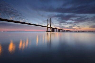 Canvastavlor Ponte Vasco da Gama sobre o Rio Tejo em Lisboa ao Nascer do Sol