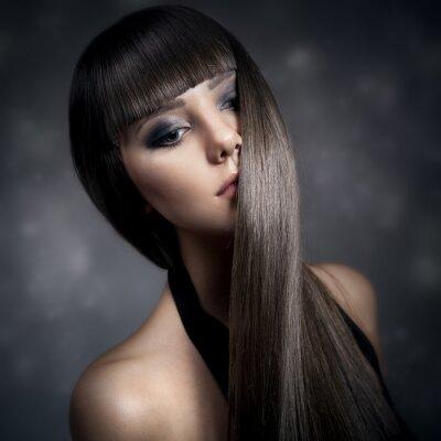 Canvastavlor Porträtt av en vacker brunett kvinna med långt rakt hår