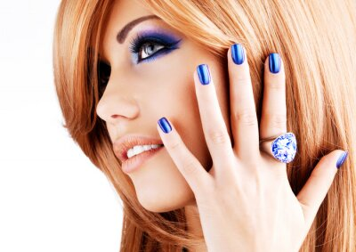 Canvastavlor porträtt av en vacker kvinna med blå naglar, blå smink