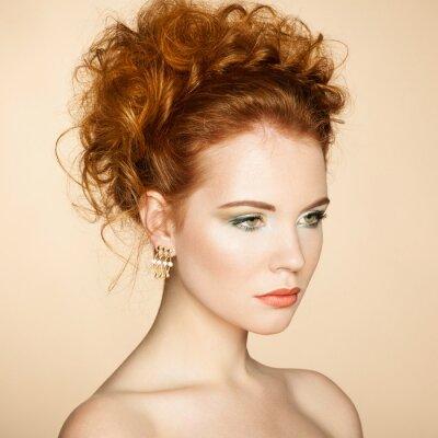 Canvastavlor Porträtt av vacker sensuell kvinna med elegant frisyr