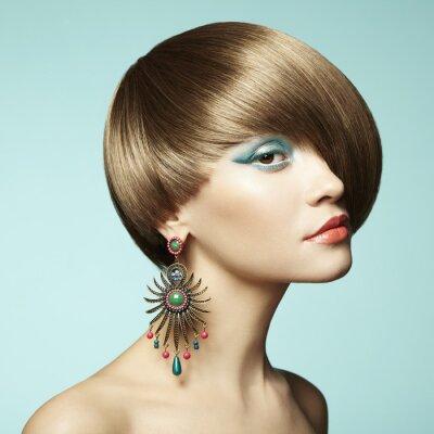 Canvastavlor Porträtt av vacker ung kvinna med örhänge