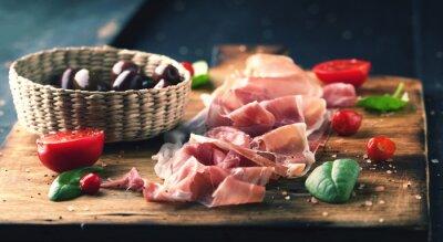 Canvastavlor Prosciutto med bröd på en träskiva med oliver