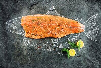 Canvastavlor rå lax fisk biff med ingredienser som citron, peppar, havssalt och dill på svarta tavlan, skissade bild med krita lax fisk med biff