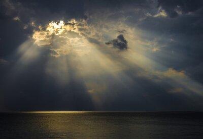 Canvastavlor Raggi di luce sul mare attraverso le nuvole