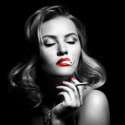 Canvastavlor Retro porträtt av vacker kvinna med cigarett