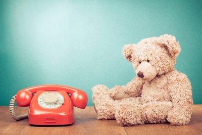 Canvastavlor Retro röd telefon och nallebjörn nära mintgrön vägg