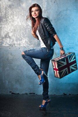 Canvastavlor Rock ung kvinna med resväska med brittisk flagg