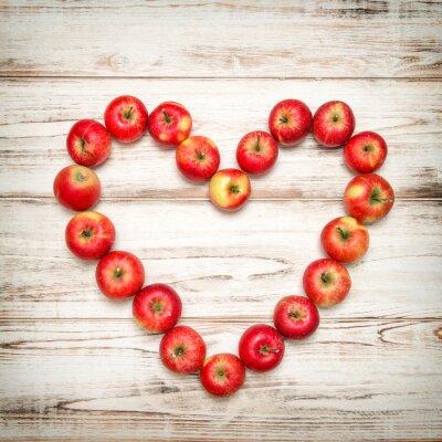 Canvastavlor Röda äpplen hjärta trä bakgrund. Kärlek begreppet vintage