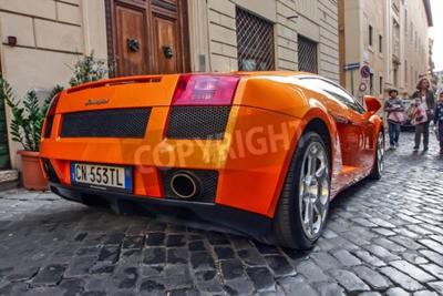 Canvastavlor Rom, 23 oktober 2010: En Lamborgini parkeras på en kullerstensgata.