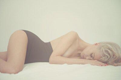 Canvastavlor Sensuell kvinna i sängen
