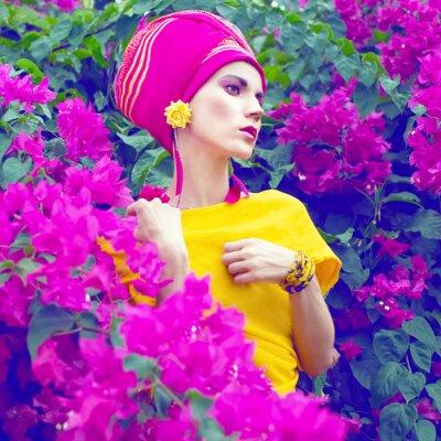 Canvastavlor sensuell orientalisk flicka i blommorna