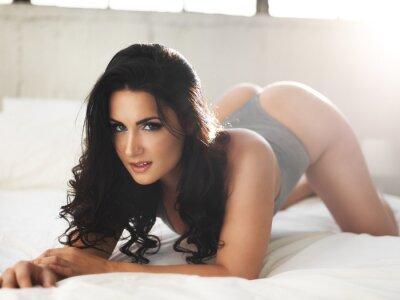 Canvastavlor sexig modell på upplysta säng i erotiska pose
