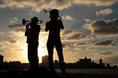 Canvastavlor Silhuetter de musiciens devant la ville de La Havane
