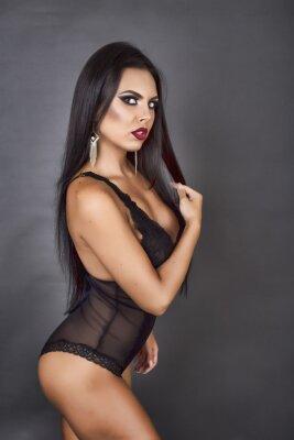 Canvastavlor Sinnlig brunett kvinna poserar i sexig svart dröja