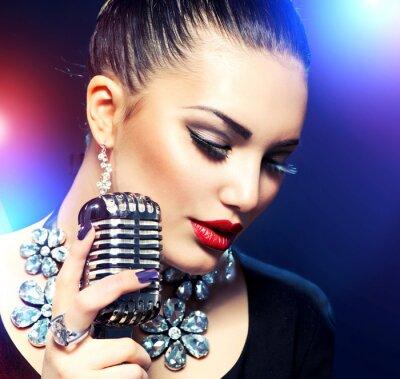 Canvastavlor Sjungande kvinna med Retro mikrofon