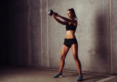 Canvastavlor Slim attraktiva idrotts i en kettlebellträning