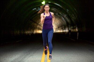 Canvastavlor Snabb springa sprinter tuff kvinna som kör ned gata stads- stadsbakgrund bilar och tunnlar