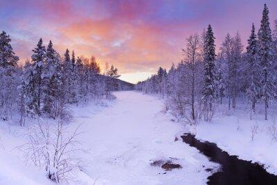 Canvastavlor Soluppgången över en flod i vinter nära Levi, finska Lappland