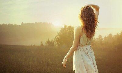 Canvastavlor Söt brunett kvinna tittar på solnedgången