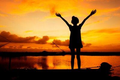 Canvastavlor söt flicka spela vid floden solnedgång bakgrund