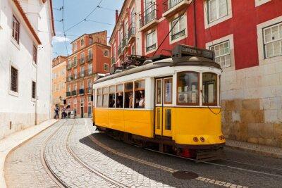 Canvastavlor spårvagn på smal gata i Alfama, Lissabon