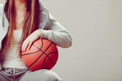 Canvastavlor Sportig teen huva innehav basket.