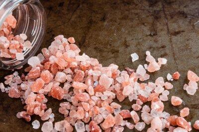 Canvastavlor Spridda Himalaya rosa saltkristaller från glasflaska på rostig metall bakgrund