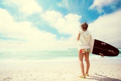 Canvastavlor Surfer flicka på stranden