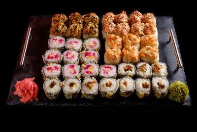 Canvastavlor sushi på en svart bakgrund