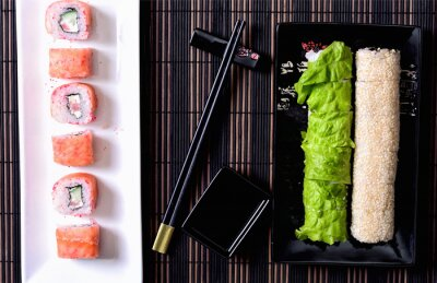 Canvastavlor Sushi rullar på en tallrik
