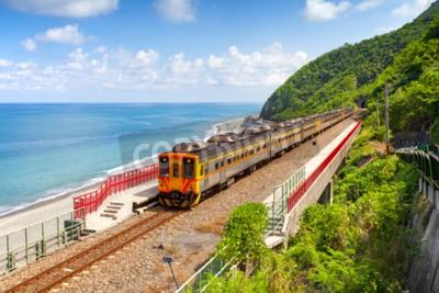 Canvastavlor Tåg närmar dig Duoliang Station i Taitung, Taiwan