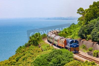 Canvastavlor Tåg på järnvägen nära Fangshan Station i Pingtung, Taiwan