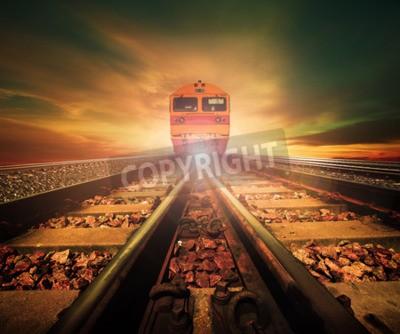 Canvastavlor tåg på järnvägens väg spår i tåg stationen igen vackert ljus av solnedgången sky användning för landtransport och logistikindustrin bakgrund, bakgrund, kopiera rymdtema