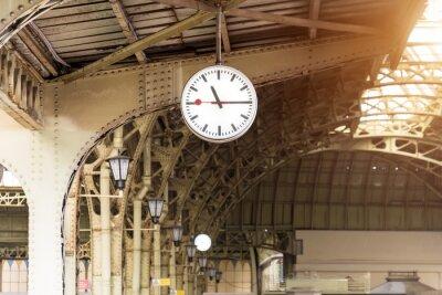 Canvastavlor Tappningsklocka på tågstationen med byggnadstaket.