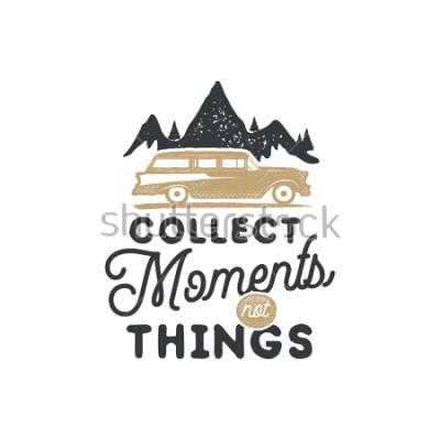 Canvastavlor Tappningstäckad campingmarkke och emblem. Vandringslabel. Utomhus aventyr inspirerande logotyp. Typografi retro stil. Motiverande citat - samla stunder för utskrifter, t-shirts. lager