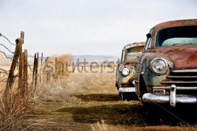 Canvastavlor tappvagnar övergivna och rostar bort i landsbygden wyoming